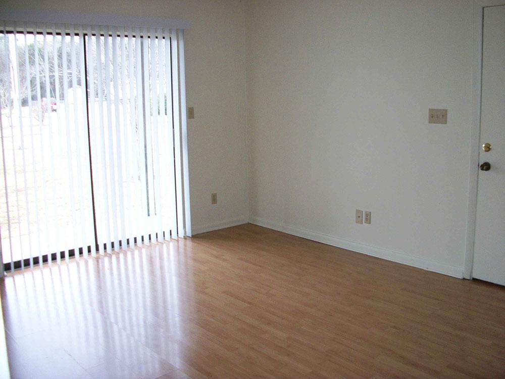 Br24 Immobilien: Vor dem Virtual Staging: Leeres Wohnzimmer