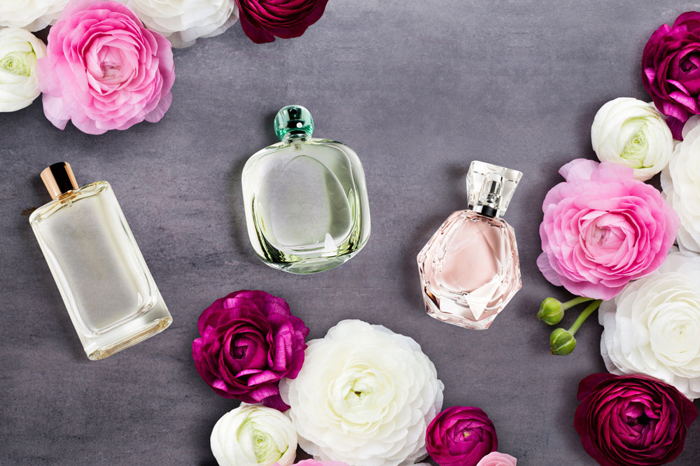 Br24 Composing: advertising, composing with roses and perfume bottles