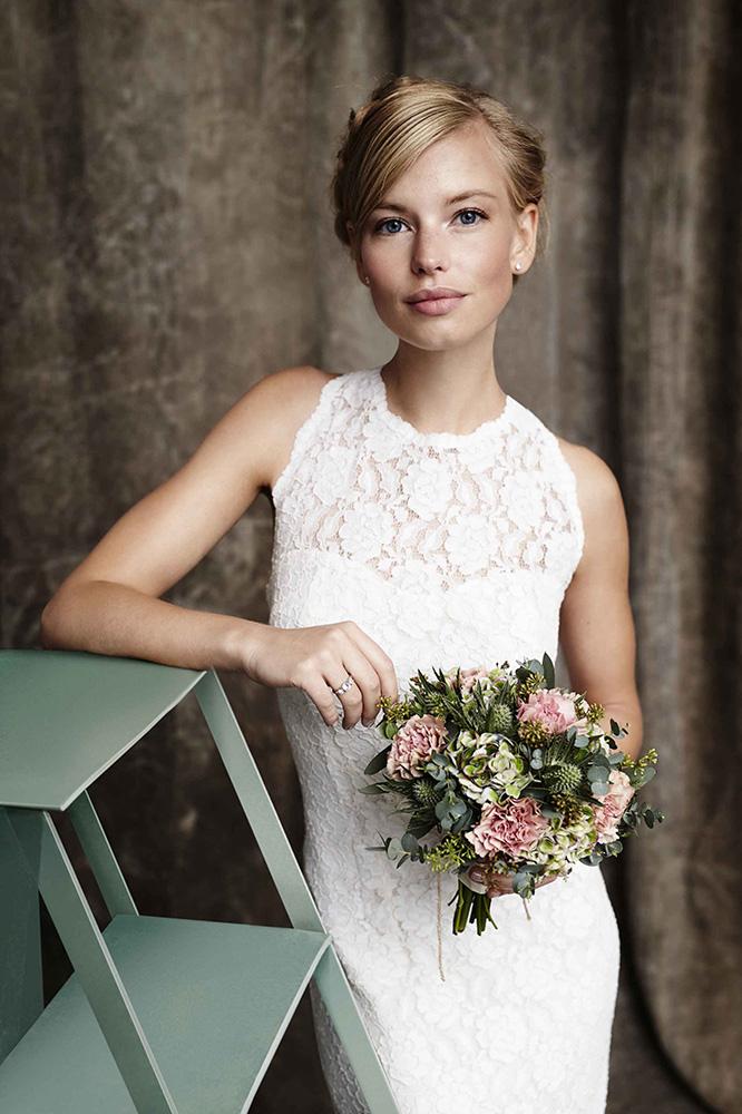 Br24 Retusche: Fotoshooting, Mode, Beauty, kaukasische Braut mit Blumenstrauß in einem Studio
