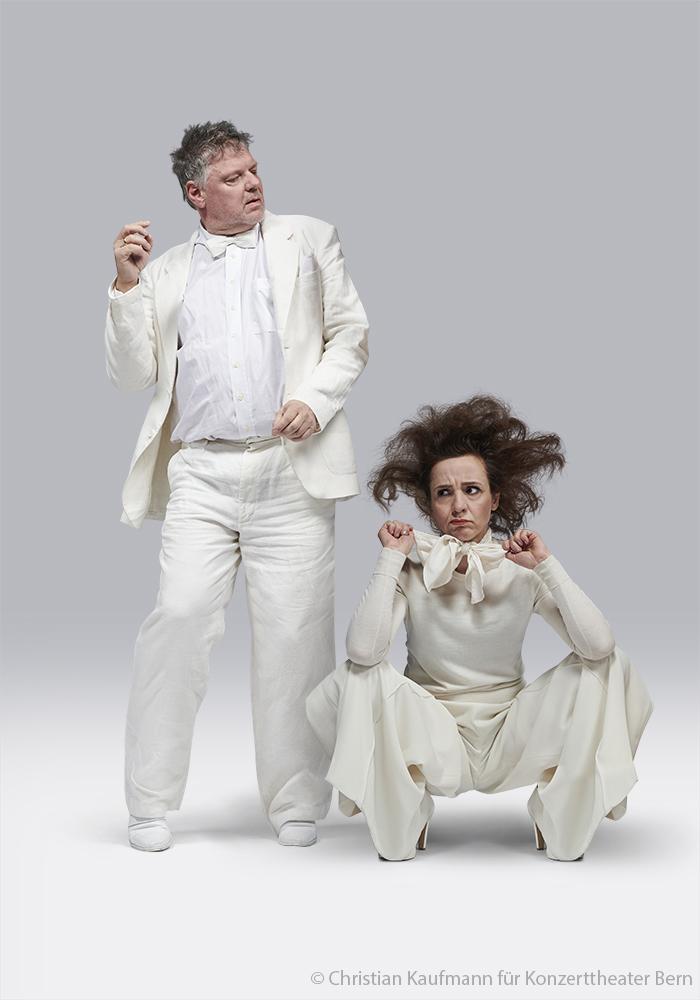 Br24 Fotografen & Studios: stehender Mann und hockende Frau in hellen Theaterkostümen