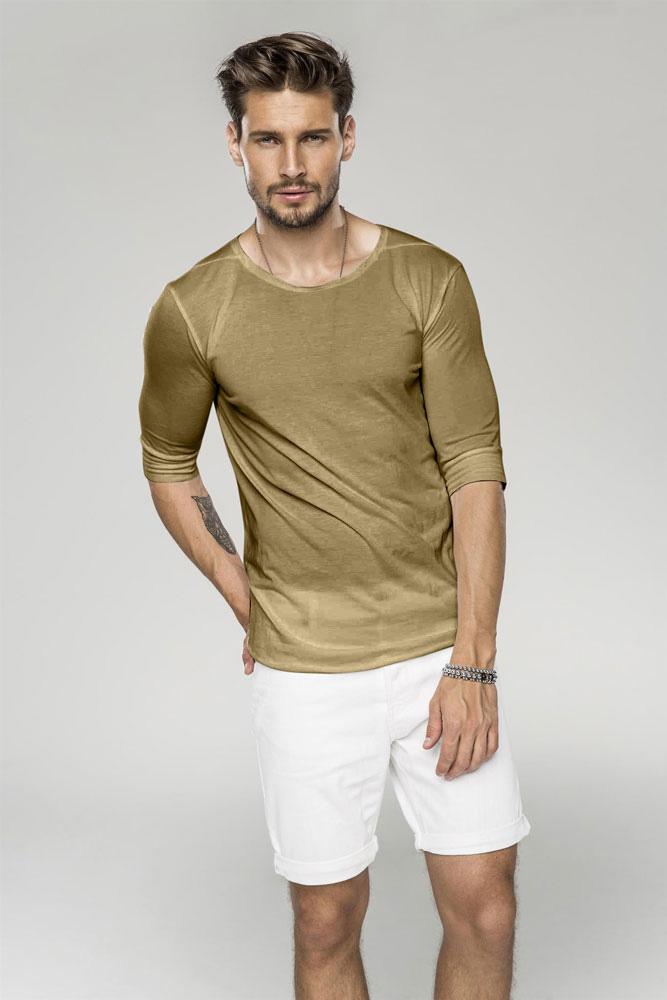 Br24 Farbkorrektur: Mann mit farbigem T-Shirt und weißen Shorts nach der Farbkorrektur