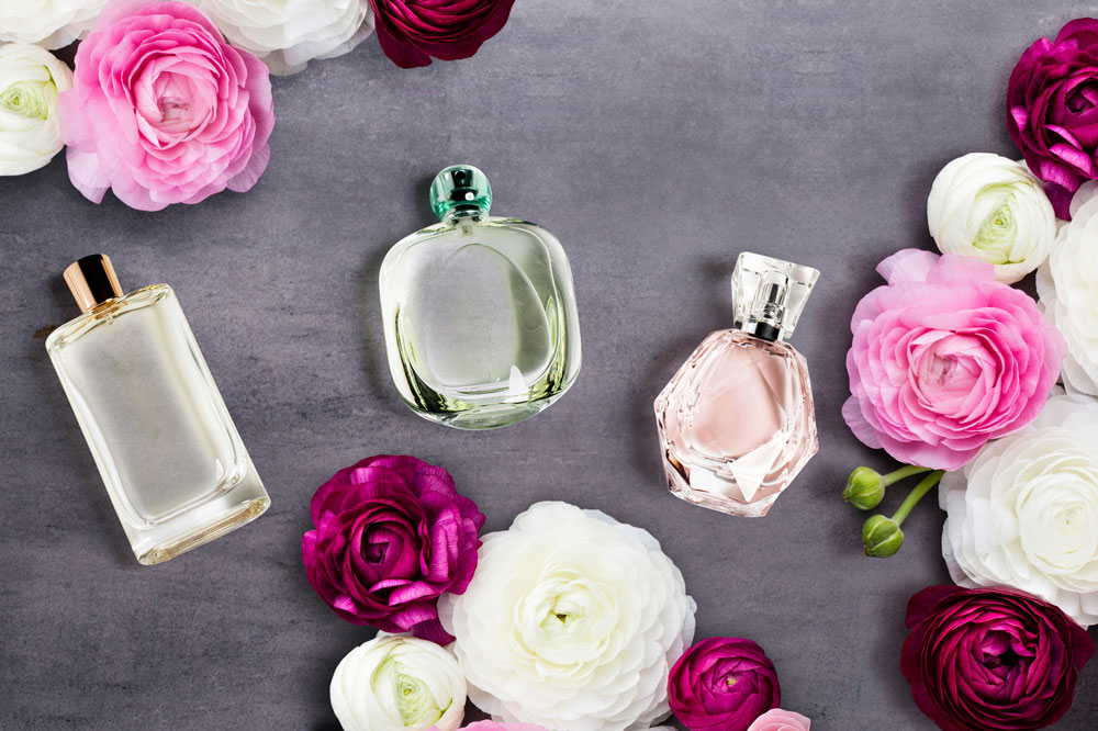 Br24 Composing: advertising, composing with roses and perfume bottles / Br24 Composing: Werbung, nach dem Composing mit Rosen und Parfumflaschen