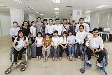 Br24 group photo of our smiling Vietnamese team with disabilities, team spirit / Br24 Gruppenfoto unseres lächelnden vietnamesischen Teams mit Behinderungen, Teamgeist
