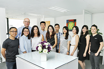 Br24 group photo of German and Vietnamese Team, smiling and ready for your vision / Br24 Gruppenfoto des deutschen und vietnamesischen Teams, lächelnd und bereit für Ihre Vision