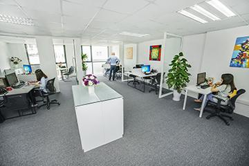 Br24 Branch Office in Vietnam with sales team working at their workplace / Br24 Niederlassung in Vietnam mit Vertriebsteam an ihrem Arbeitsplatz