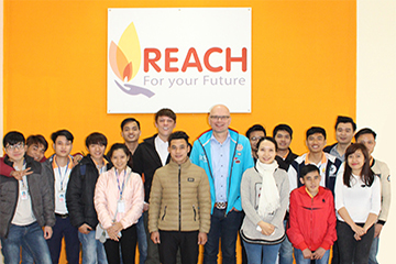 Br24 Reach Vietnam graduates, programmers together with general director and production manager / Br24 Reach Vietnam Absolventen, Programmierer zusammen mit Geschäftsführer und Produktionsleiter